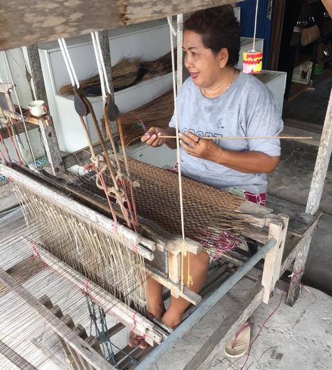 和小物さくら タイの工房で籠バッグ製作中