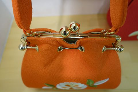 横振り刺繍のバッグ